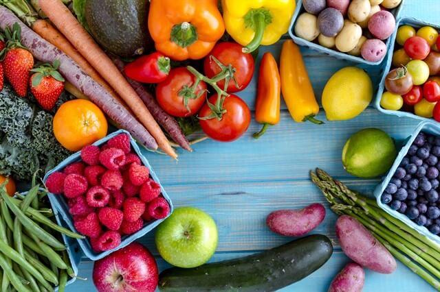 BARF diyetinde yalnızca çiğ et değil, meyve ve sebze de yer alır.